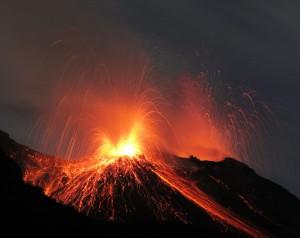 Vulkanausbruch, Eruption bei Nacht